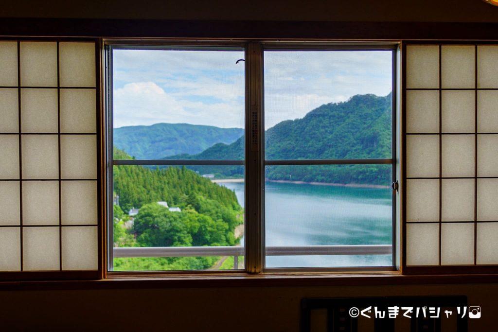 旅館の窓から見える景色